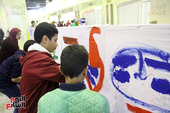 رئيسا قطاع الفنون التشكيلية وهيئة الكتاب يرسمان مع الأطفال بمعرض القاهرة (8)