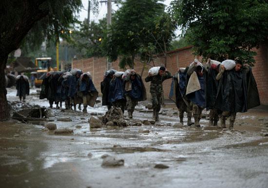 جنود يحملون رمال فى بوليفيا