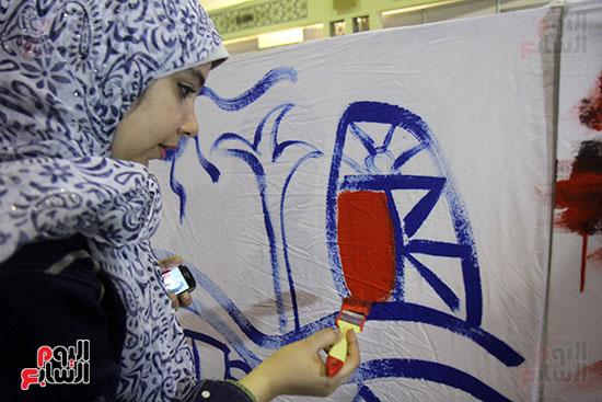 رئيسا قطاع الفنون التشكيلية وهيئة الكتاب يرسمان مع الأطفال بمعرض القاهرة (2)