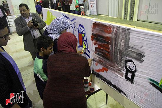 رئيسا قطاع الفنون التشكيلية وهيئة الكتاب يرسمان مع الأطفال بمعرض القاهرة (4)