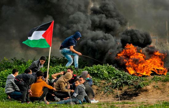 الشبان الفلسطينيين يرفعون العلم