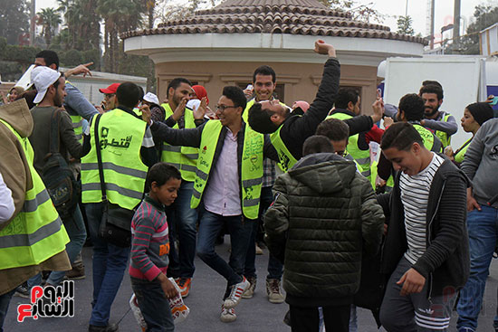 الحاج على يكرم المتطوعين فى معرض الكتاب ويرتدى زيهم  (4)