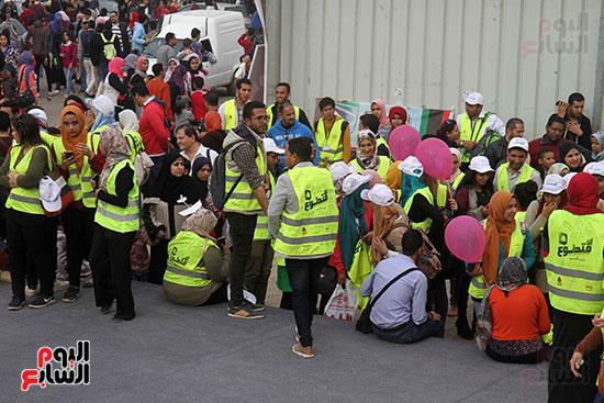 الحاج على يكرم المتطوعين فى معرض الكتاب ويرتدى زيهم  (7)