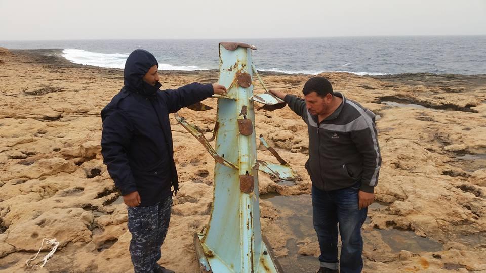 1- استخراج صاري المركب الغارقة بالمياه الاقليمية الليبية