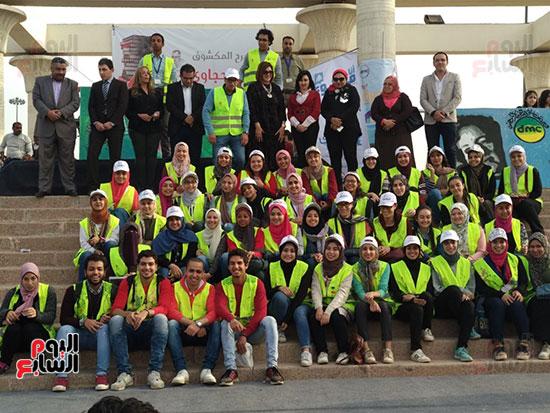 الحاج على يكرم المتطوعين فى معرض الكتاب ويرتدى زيهم  (2)