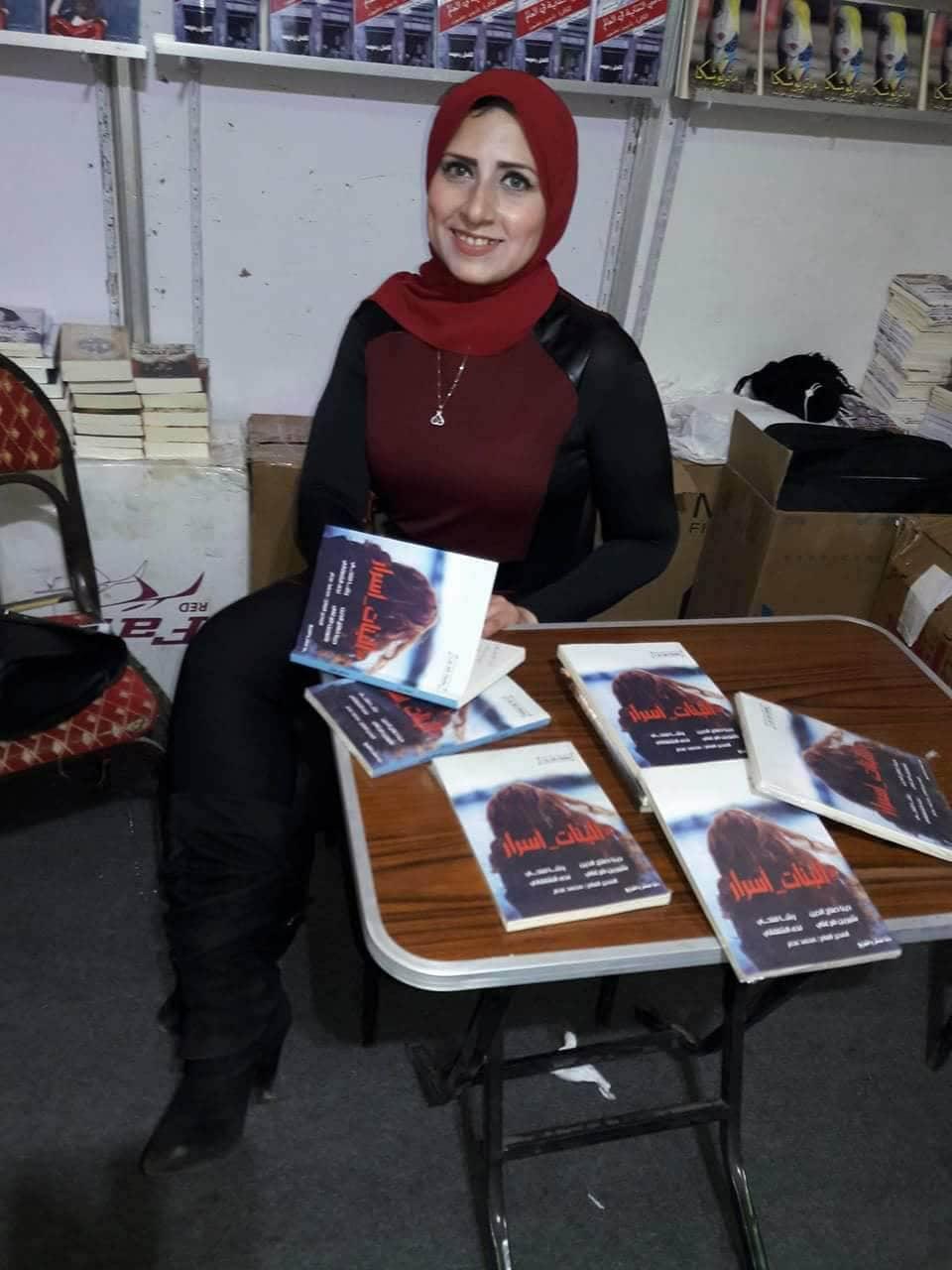 رشا فتحى توقع كتاب البنات أسرار بمعرض القاهرة للكتاب (1)