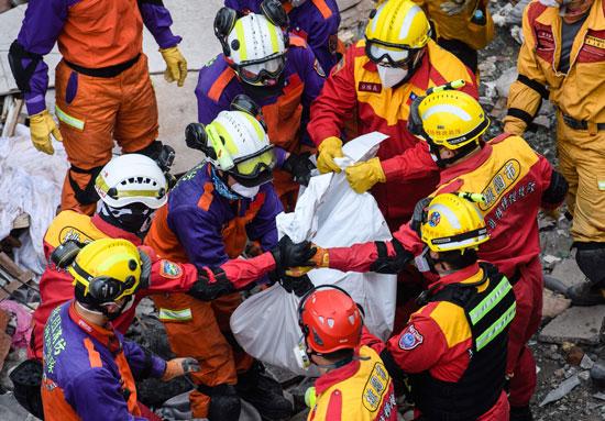 قوات-الإنقاذ-التايوانية-تنتشل-أحد-ضحايا-الزلزال