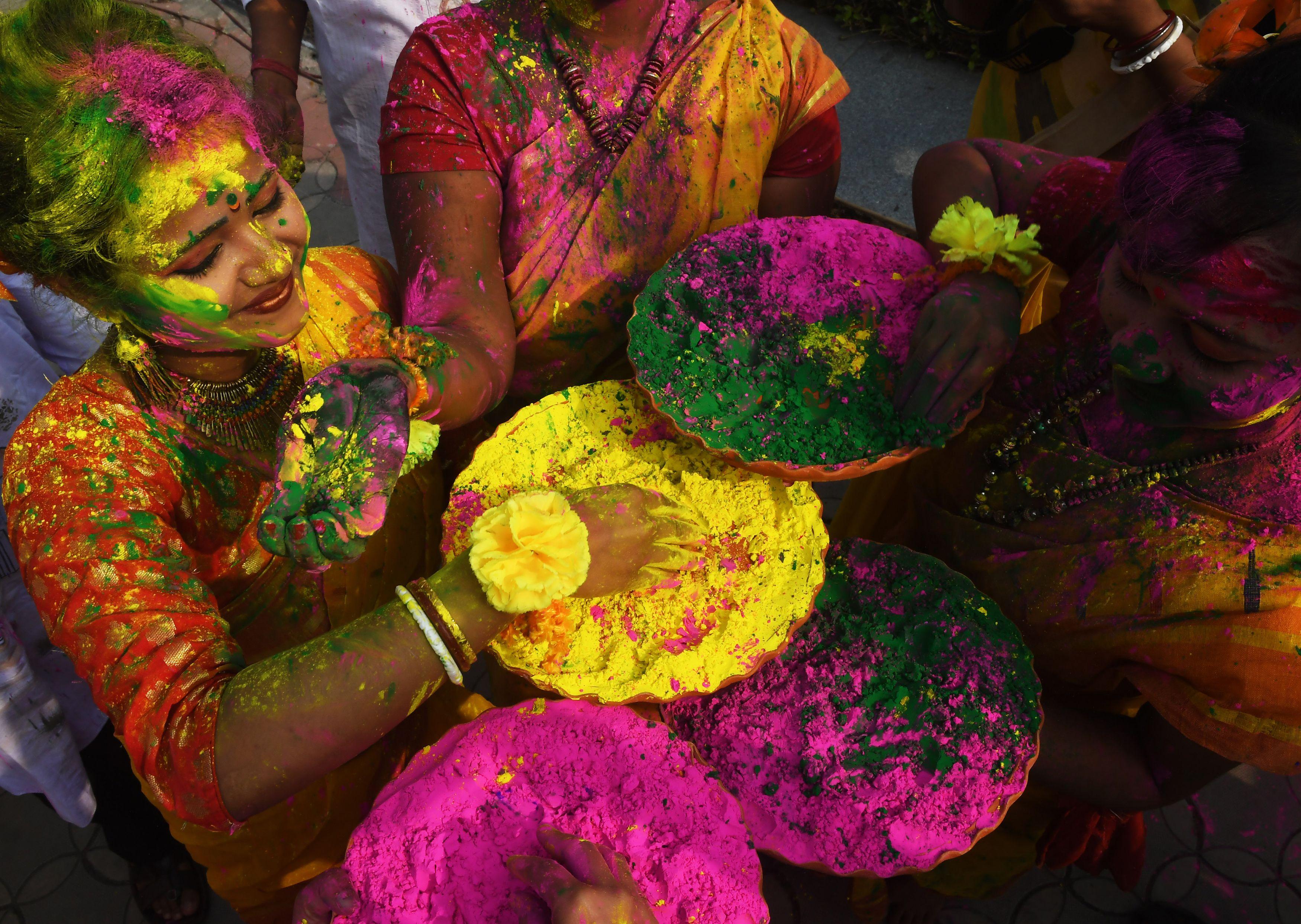جميلات الهند يضعن مساحيق الالوان على وجوههن
