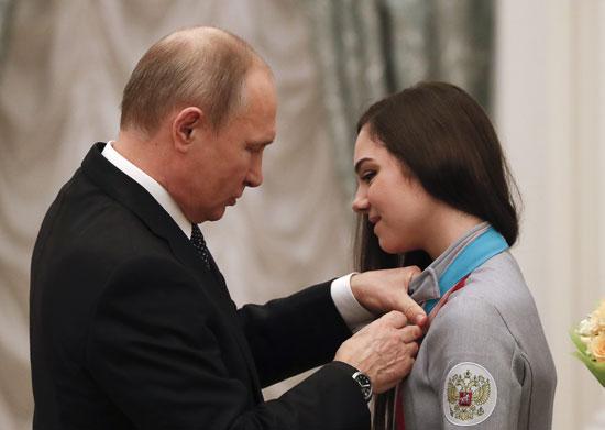 بوتين يقلد رياضية وساما حكوميا