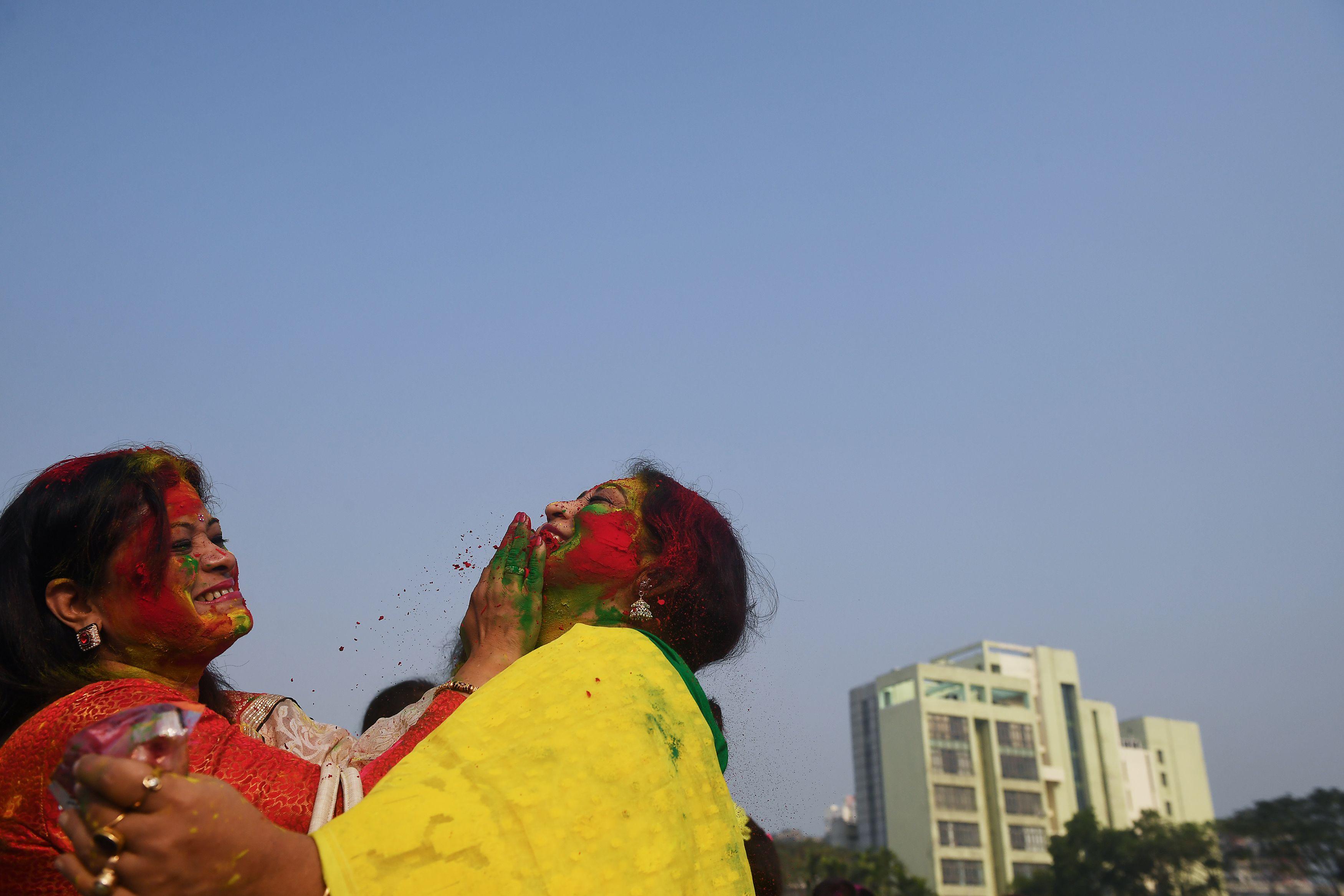 وضع مساحيق الالوان على وجه سيدة هندية