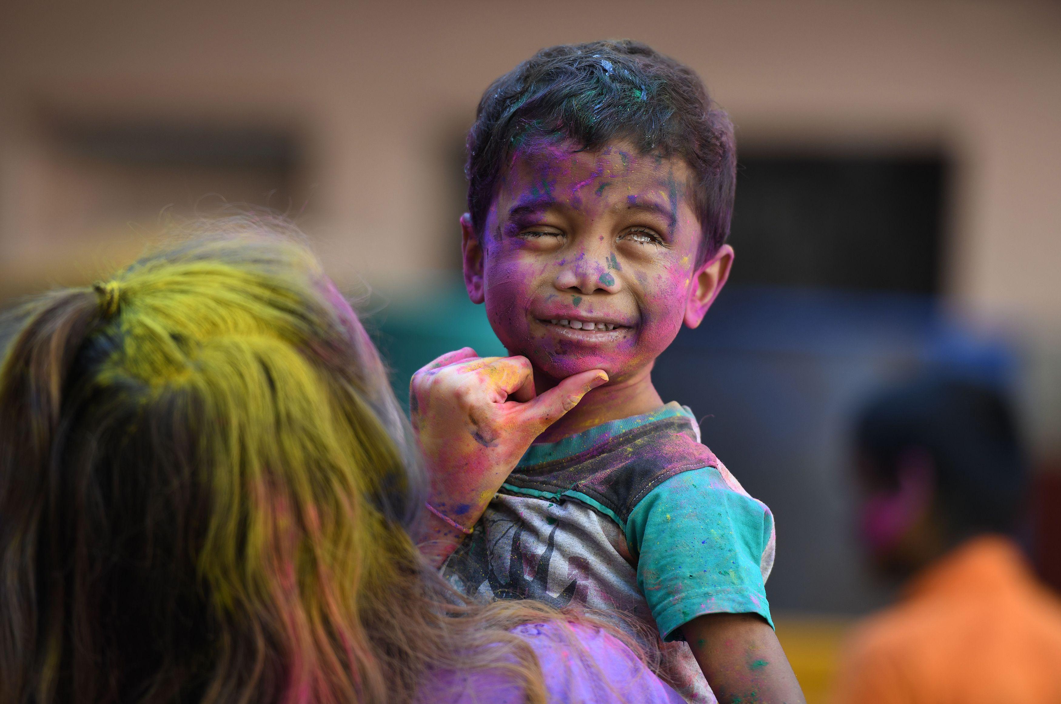 تلطيخ وجه طفل بالالوان