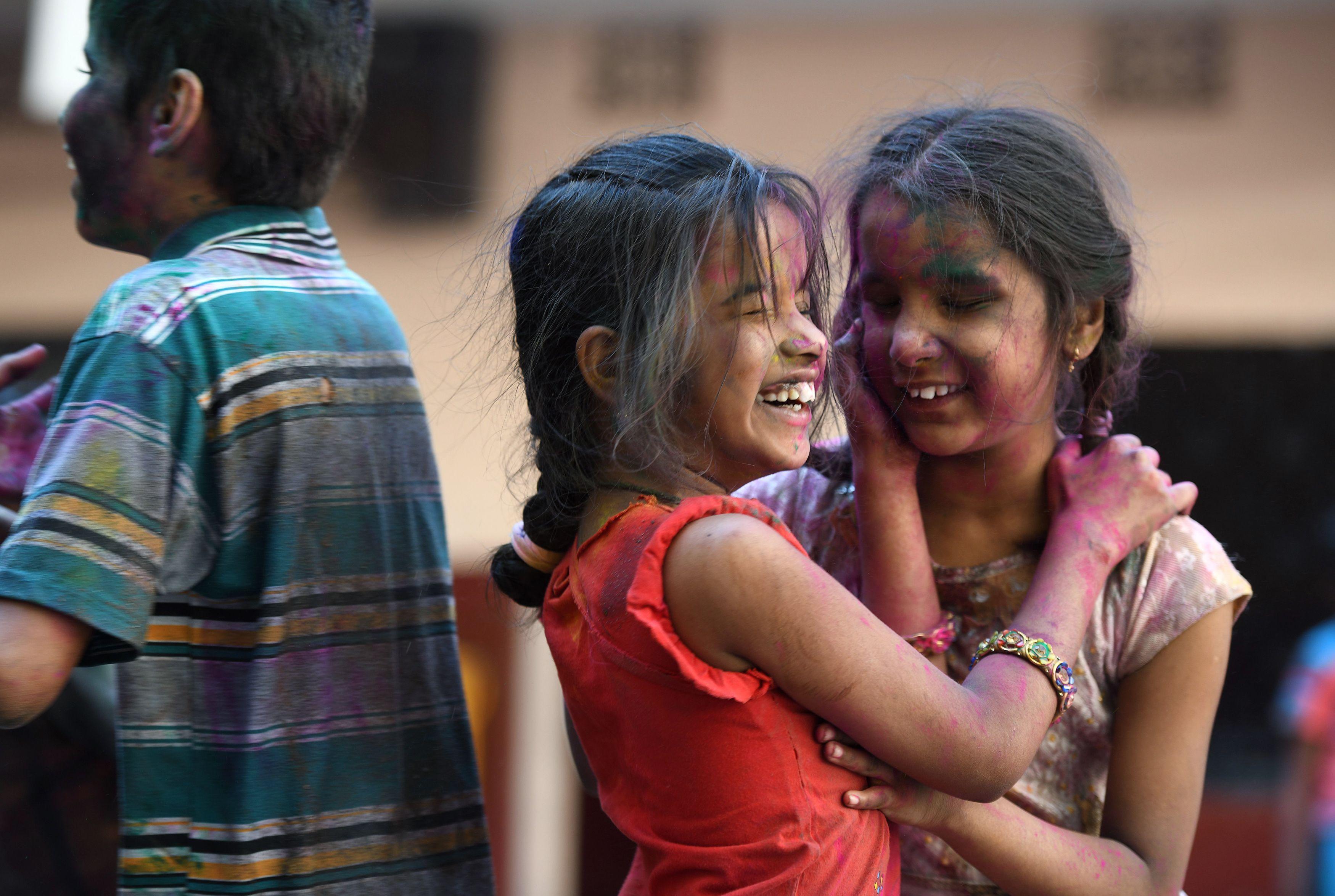 أطفال هنود يلطخون وجوههم بالالوان