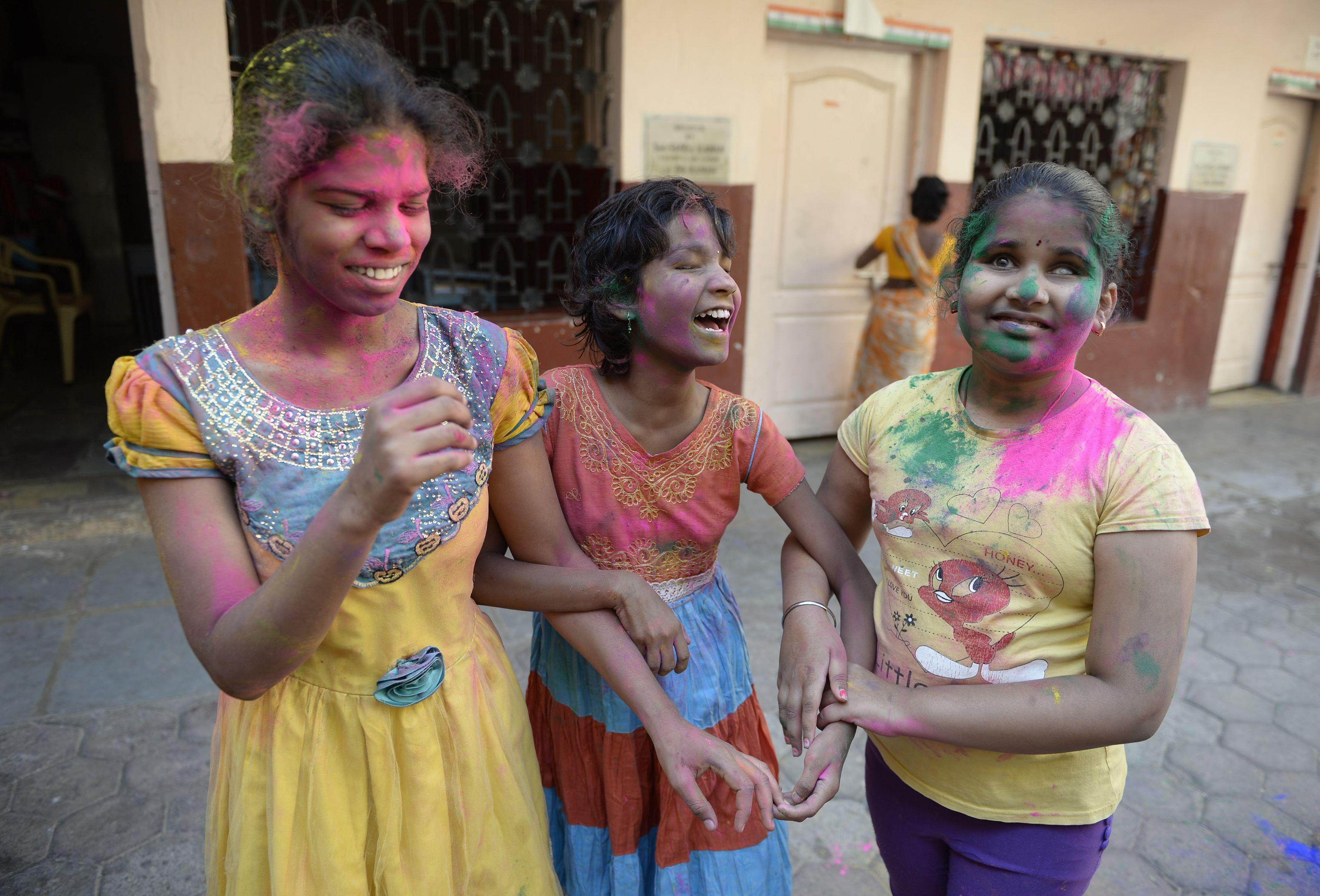 فتيات يحتفلون بأعياد الربيع فى الهند