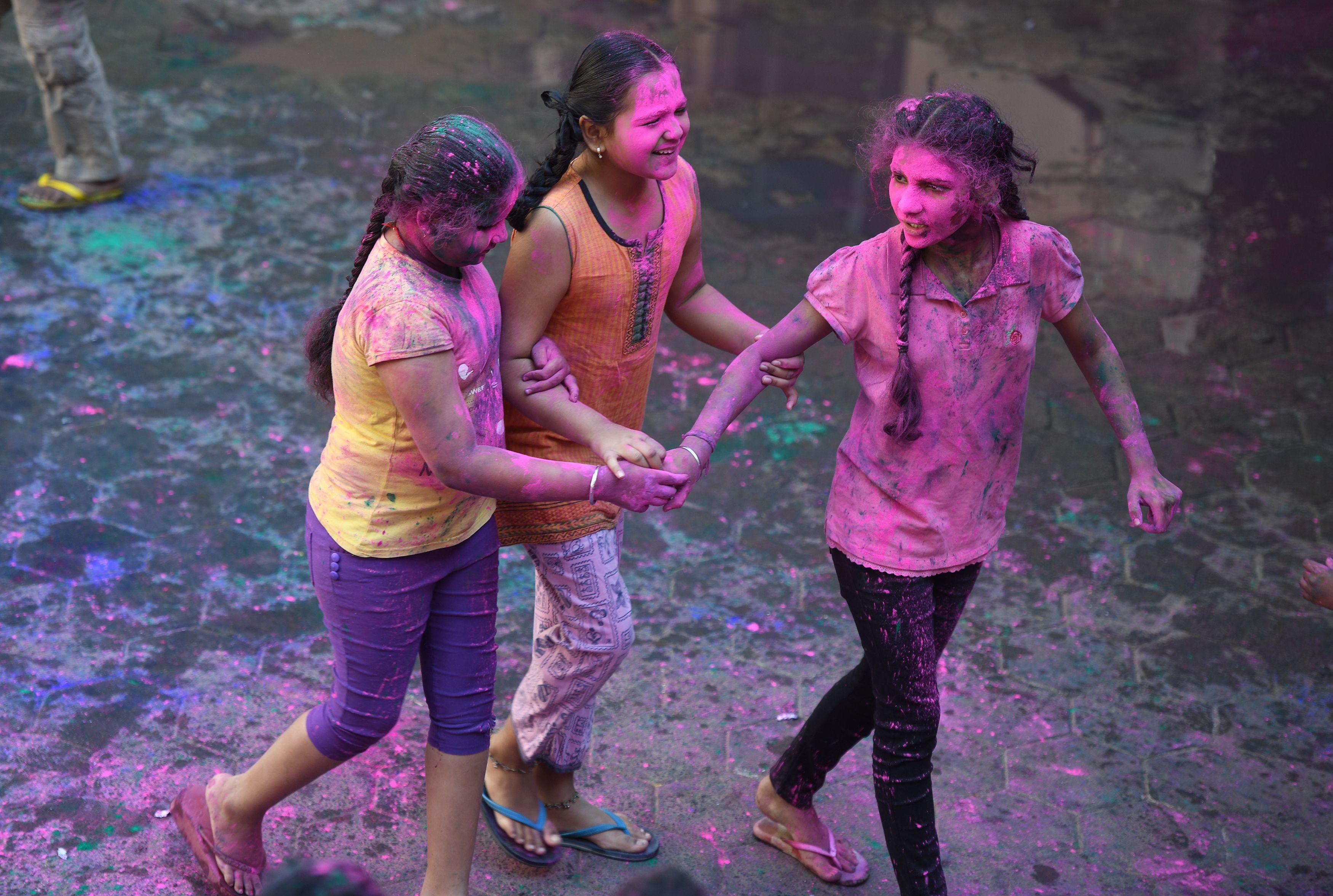 فتيات تلطخ وجوههم بالالوان