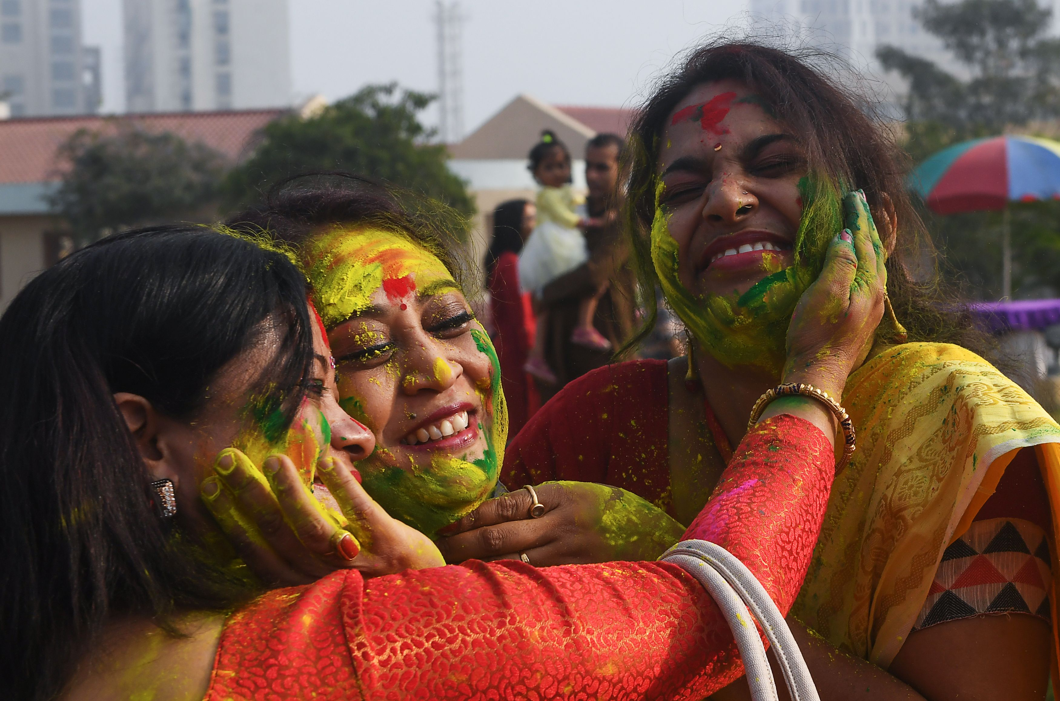 وضع الألوان على وجوه سيدات بالهند احتفالا باعياد الربيع