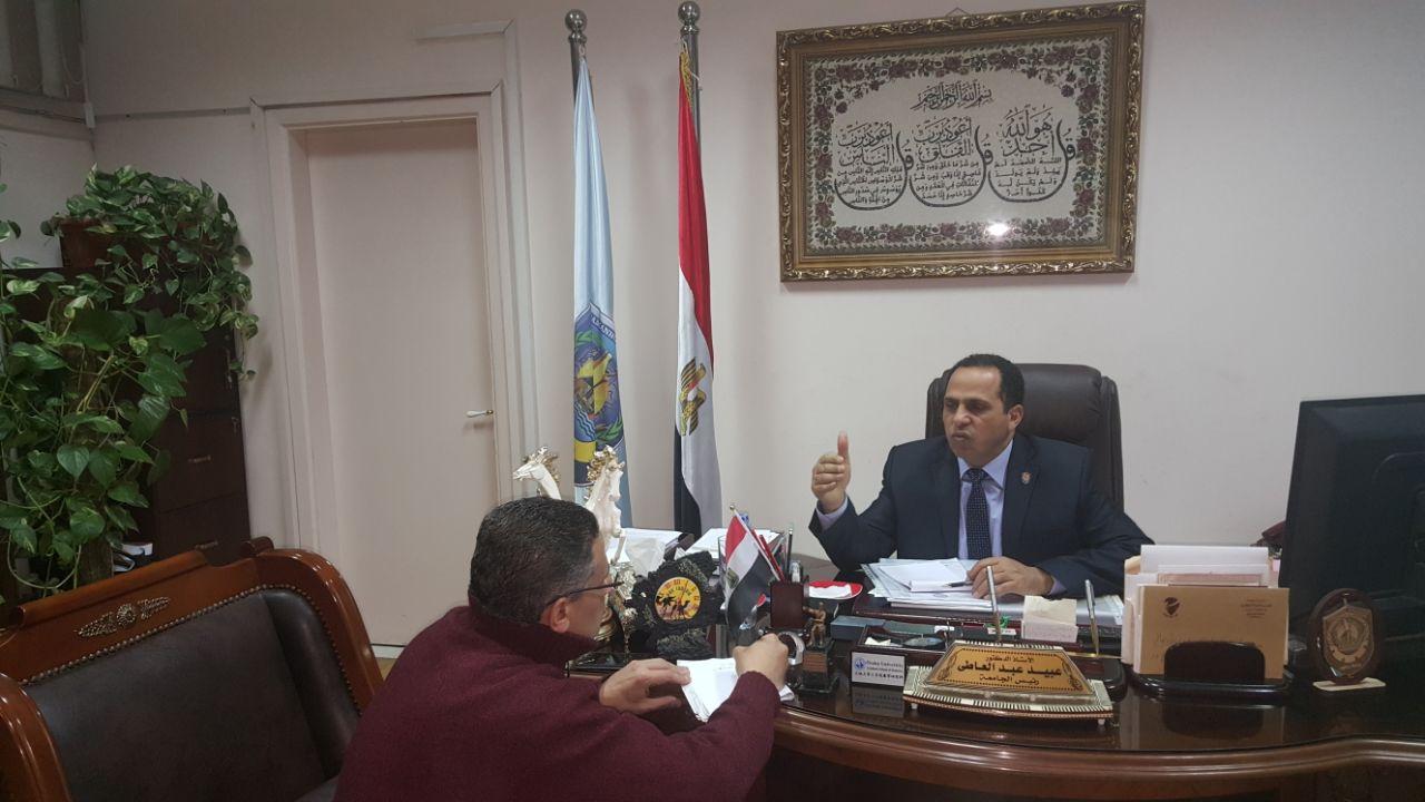2 محرر اليوم السابع مع رئيس جامعة دمنهور