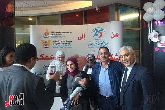 زوجة الشهيد خالد مغربى فى مكتب تبرعات 25 يناير داخل مستشفى 57357