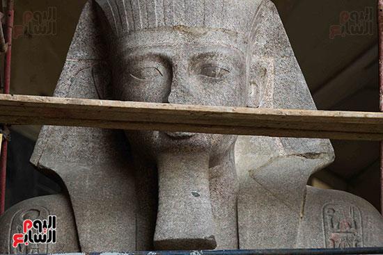 عمود مرنبتاح يستقر بجانب تمثال والده رمسيس الثانى بالمتحف الكبير (16)