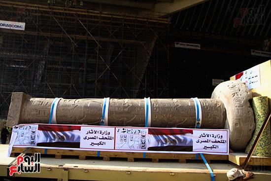 عمود مرنبتاح يستقر بجانب تمثال والده رمسيس الثانى بالمتحف الكبير (27)