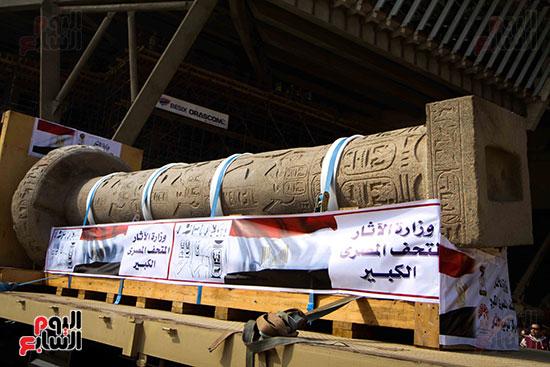 عمود مرنبتاح يستقر بجانب تمثال والده رمسيس الثانى بالمتحف الكبير (3)