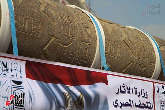 عمود مرنبتاح يستقر بجانب تمثال والده رمسيس الثانى بالمتحف الكبير (2)