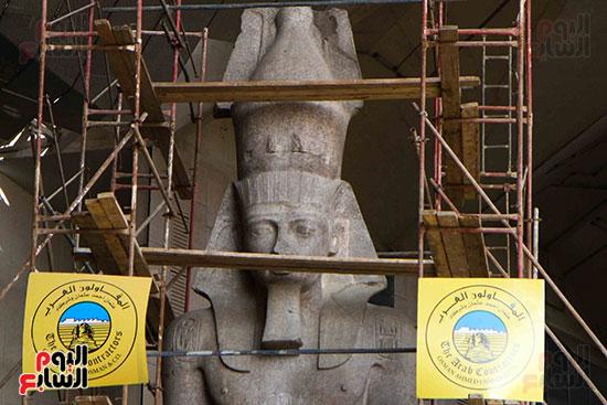 عمود مرنبتاح يستقر بجانب تمثال والده رمسيس الثانى بالمتحف الكبير (14)