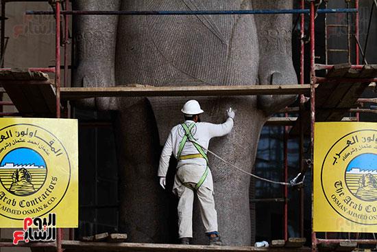 عمود مرنبتاح يستقر بجانب تمثال والده رمسيس الثانى بالمتحف الكبير (17)