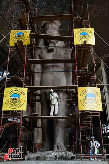 عمود مرنبتاح يستقر بجانب تمثال والده رمسيس الثانى بالمتحف الكبير (30)