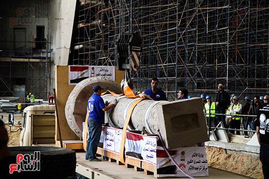 عمود مرنبتاح يستقر بجانب تمثال والده رمسيس الثانى بالمتحف الكبير (8)
