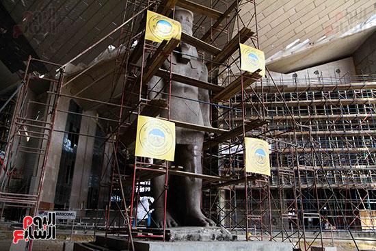 عمود مرنبتاح يستقر بجانب تمثال والده رمسيس الثانى بالمتحف الكبير (23)