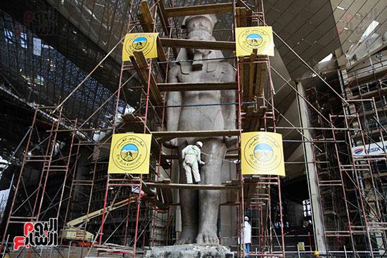 عمود مرنبتاح يستقر بجانب تمثال والده رمسيس الثانى بالمتحف الكبير (19)