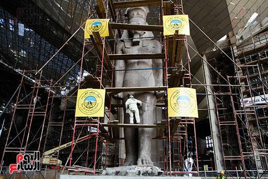 عمود مرنبتاح يستقر بجانب تمثال والده رمسيس الثانى بالمتحف الكبير (20)