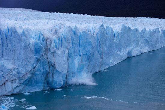 لحظة انهيار كتل الجليد