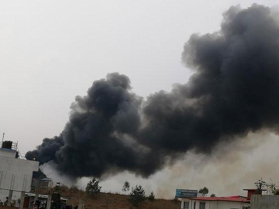 تصاعد اعمدة الدخان جراء سقوط طائرة الركاب