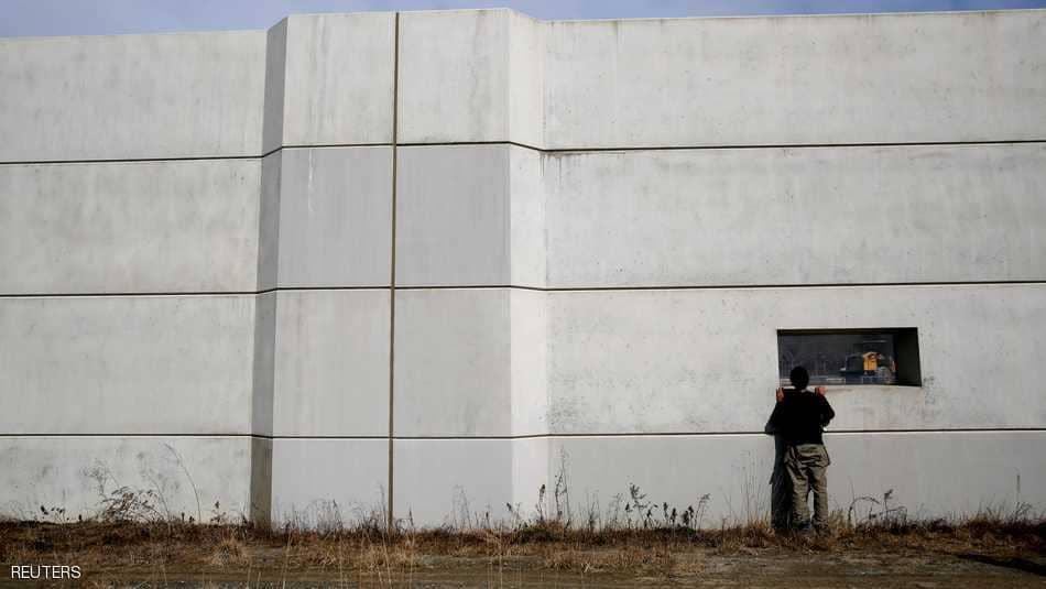 طفل ينظر من فتحة بالجدار