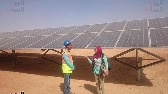 محررة اليوم السابع مع أحد العاملين بالمحطة