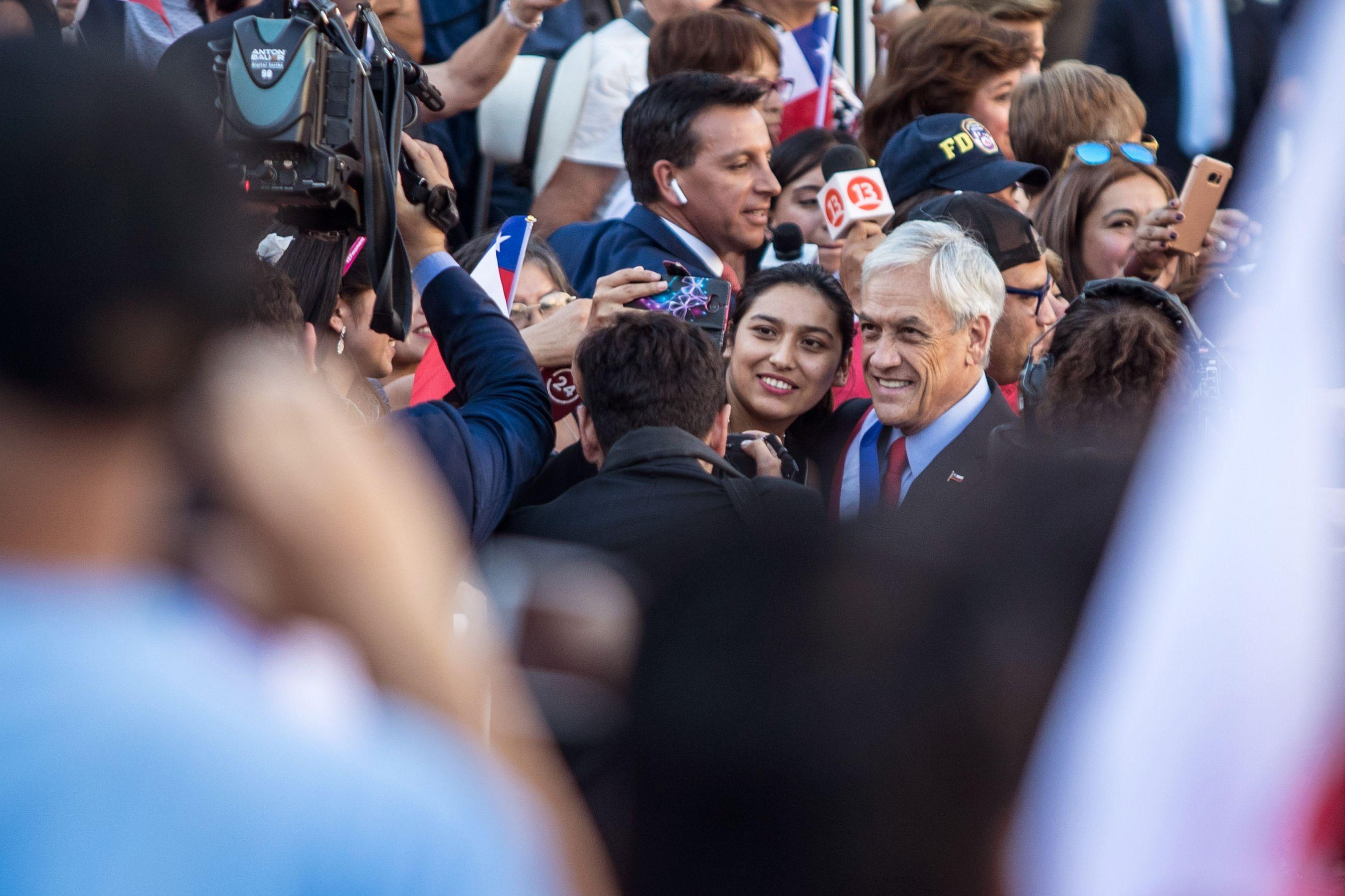 التقاط الصور مع الرئيس الجديد