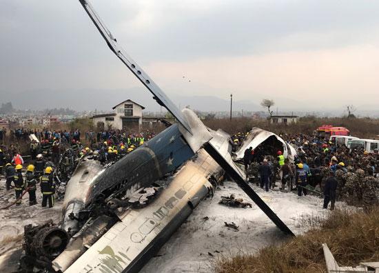 تصاعد الدخان بموقع تحطم الطائرة