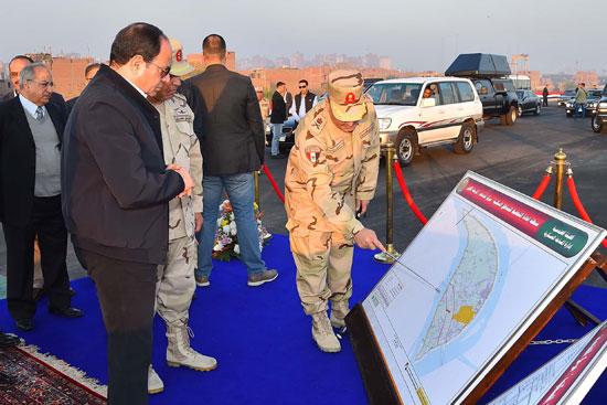 الرئيس السيسي يتفقد مشروعى محور روض الفرج ومطار سفنكس (6)