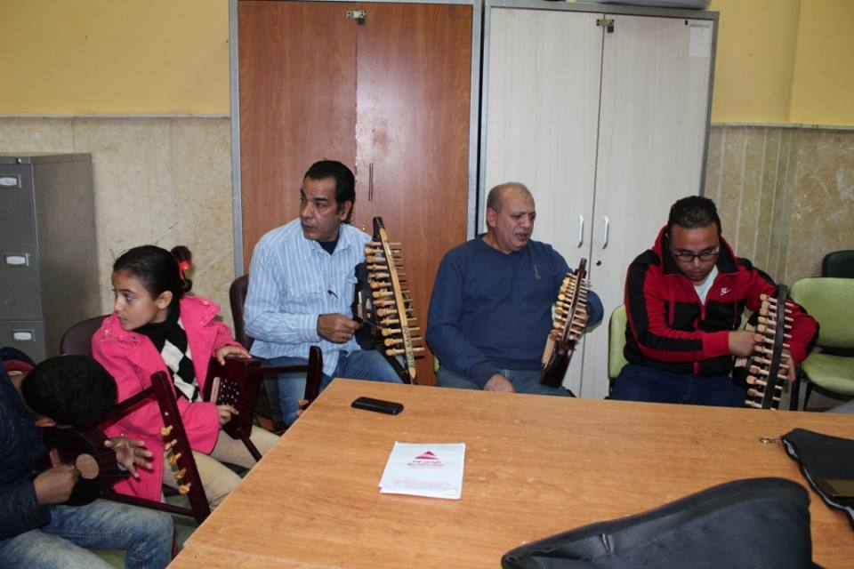 3- الفنان رضا قنديل  اثناء بروفات الأغنية