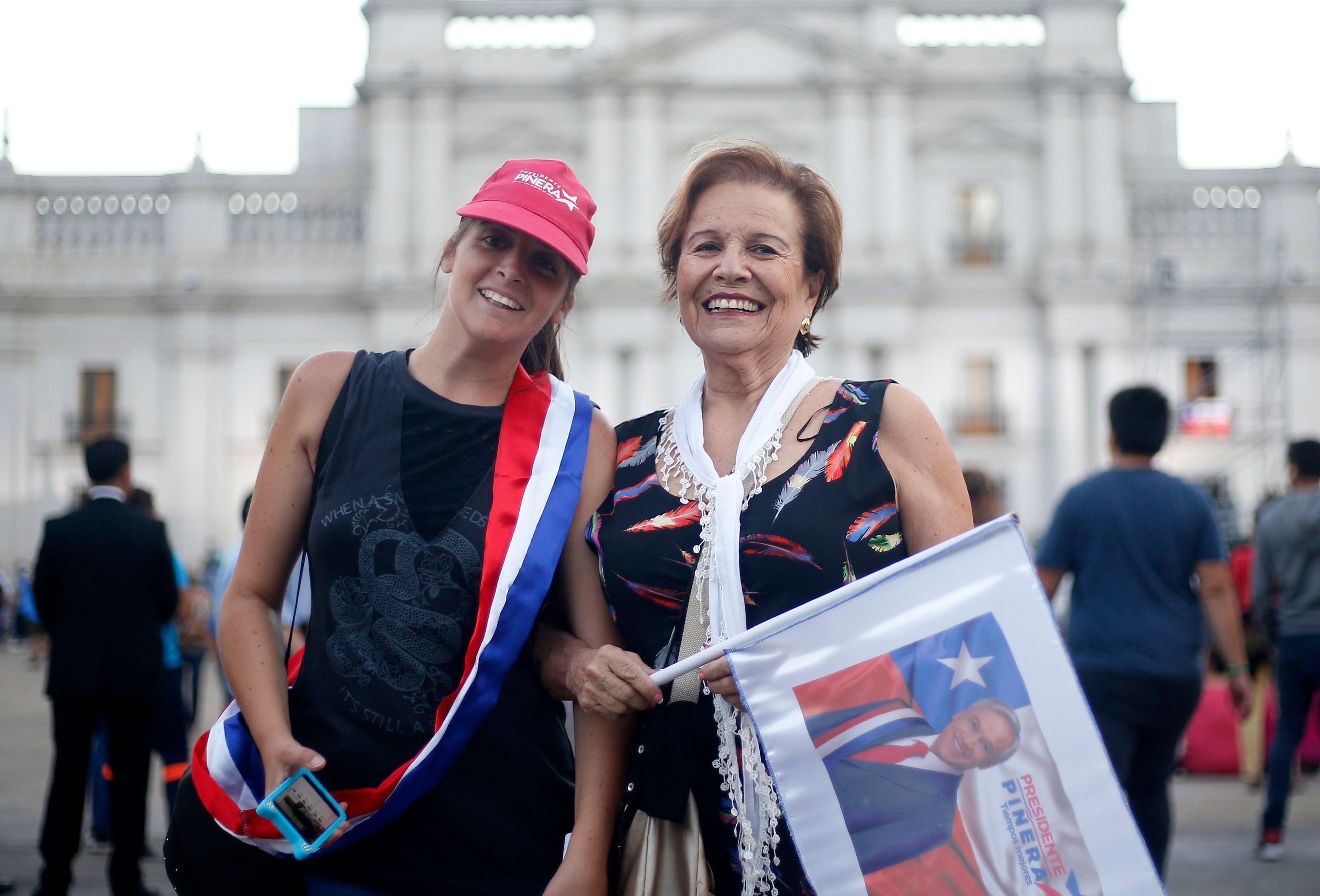 سيدات يحملن صورة الرئيس