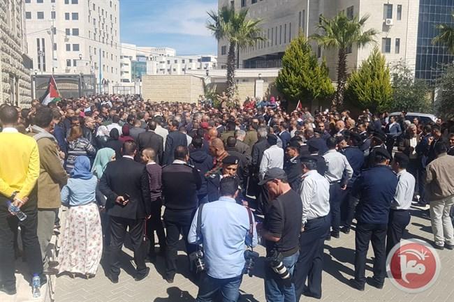 آلاف الفلسطينيين يستقبلون موكب رئيس الوزراء