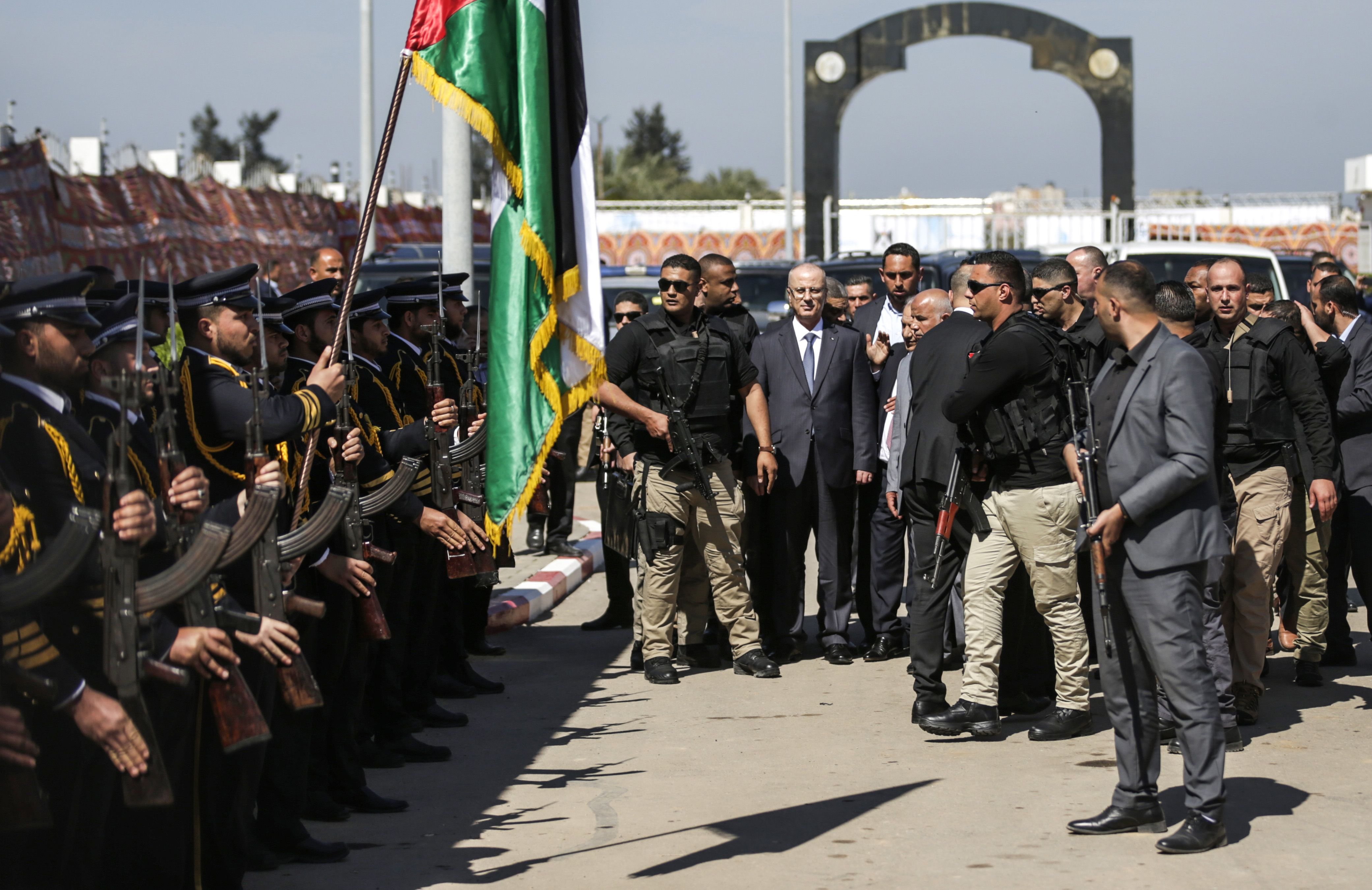 رئيس الوزراء الفلسطينى وسط حرسه الشخصى