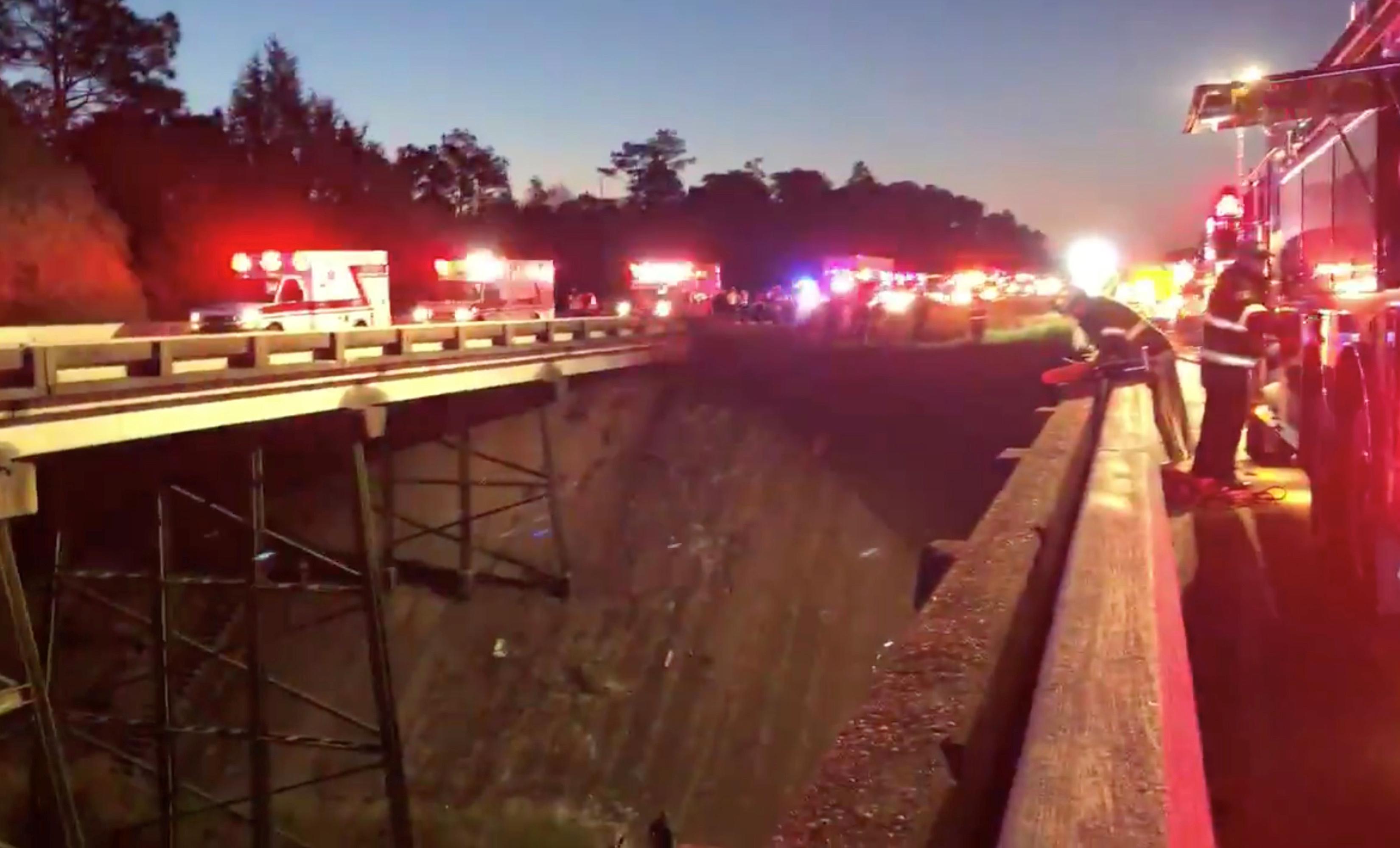 مصرع شخص وإصابة 12 آخرين جراء سقوط حافلة تقل طلاب فى واد بأمريكا