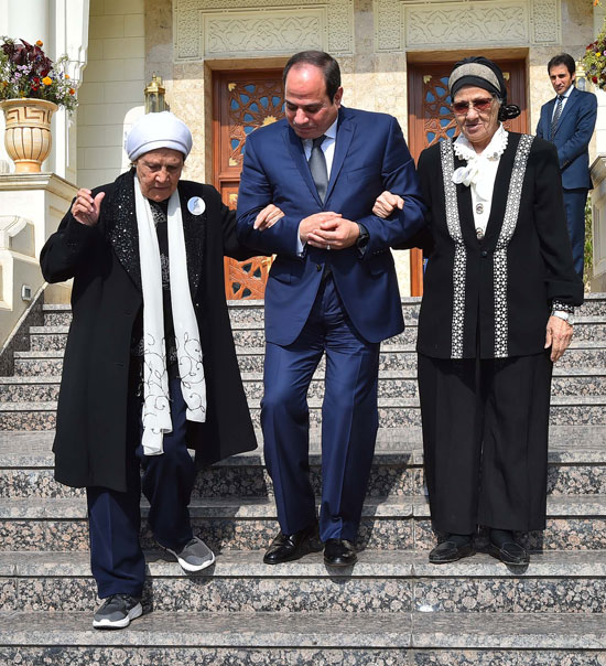 السيسى يستقبل سيدتين تبرعتا لـتحيا مصر (13)
