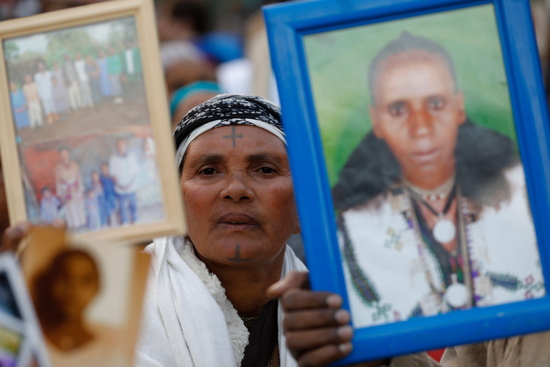 يهود إثيوبيا يرفعون صور ذويهم