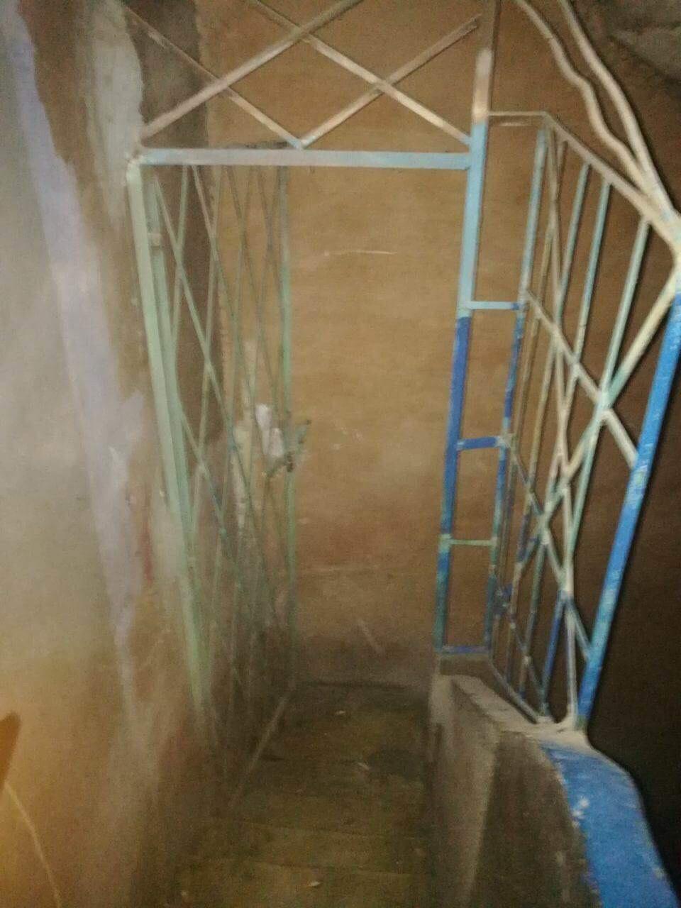 الباب الفاصل بين شقة الضحية وشقق سكان العقار