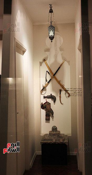 سيوف-وخناجر-أهداها-له-ملك-السعودية-والسلطان-قابوس-ومجسم-لمسجد-قبه-الصخرة-من-الرئيس-الراحل-ياسر-عرفات