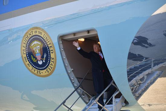 دونالد ترامب يستقل الطائرة الرئاسية فى طريقه لكاليفورنيا
