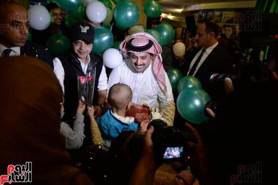 تركى آل الشيخ وعمرو دياب وهنيدى وحماقى يزورون مستشفى 57357 (14)
